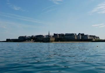 Saint-Malo vue de la mer. Photo : Trizek sur Wikimedia