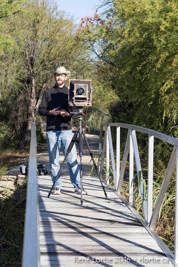 J'ai rencontré ce photographe de l'université d'Arizona travaillant avec des plaques photographiques de 8 x 10 comme le faisait Ansel Adams au début du vingtième siècle. Il m'a demandé de prendre une photo de moi en train de photographier les oiseaux pour un travail qu'il effectue sur les parcs nationaux. Je devrais recevoir la photo en 2017...