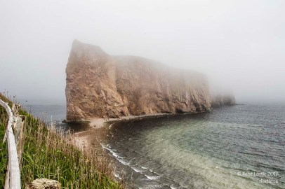 Le rocher Percé sous la brume (vue du Mont Joli)