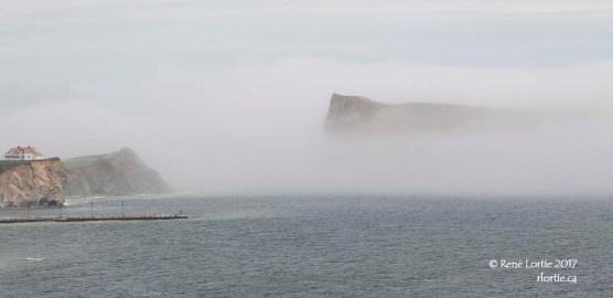 Le rocher Percé sous la brume