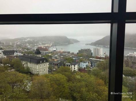Vue du port d'une fenêtre de The Rooms