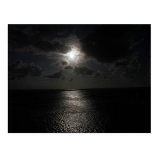 Mysteriöse weiße Sonne im schwarzen Himmel Postkarte