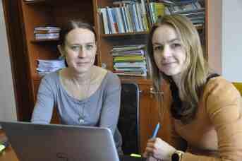 Angela Almášiová a Katarína Kohútová. Autorky výskumu o závislostiach medzi ružomberskými školákmi. Foto - autor.