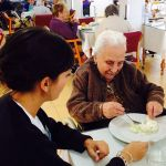 Cómo mantenemos las capacidades necesarias de nuestros mayores para favorecer su autonomía en el comedor