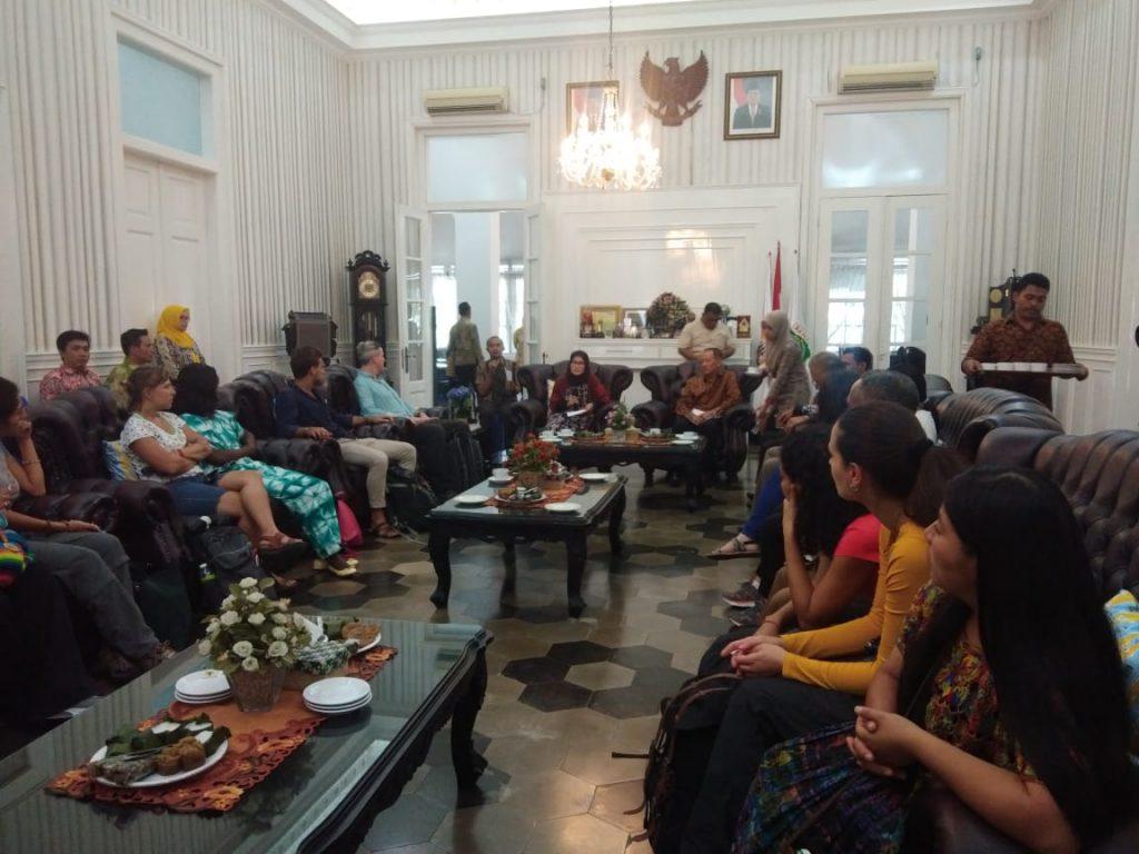 Penyambutan peserta field visit GLF oleh Bupati Lebak Hj. Iti Octavia di Kediaman Bupati Lebak - Banten