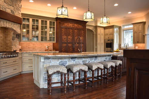 Attirant Fixed Kitchen Island In An Old World Style Kitchen