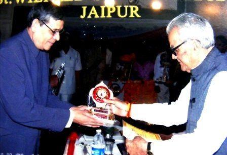 Former Vice President Late Bhairon Singh Shekhawat Ji felicitating RN Arvind with Lifetime Achievement Award