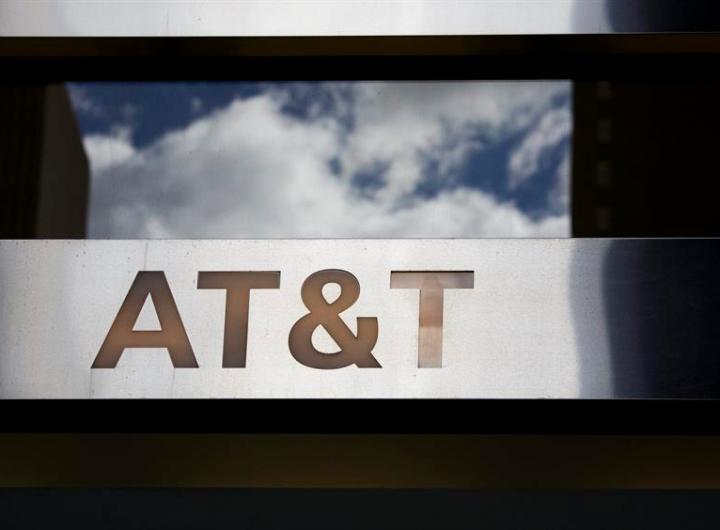 Vista del logo de la firma AT&T en una de sus tiendas en Nueva York. EFE/Justin Lane/Archivo