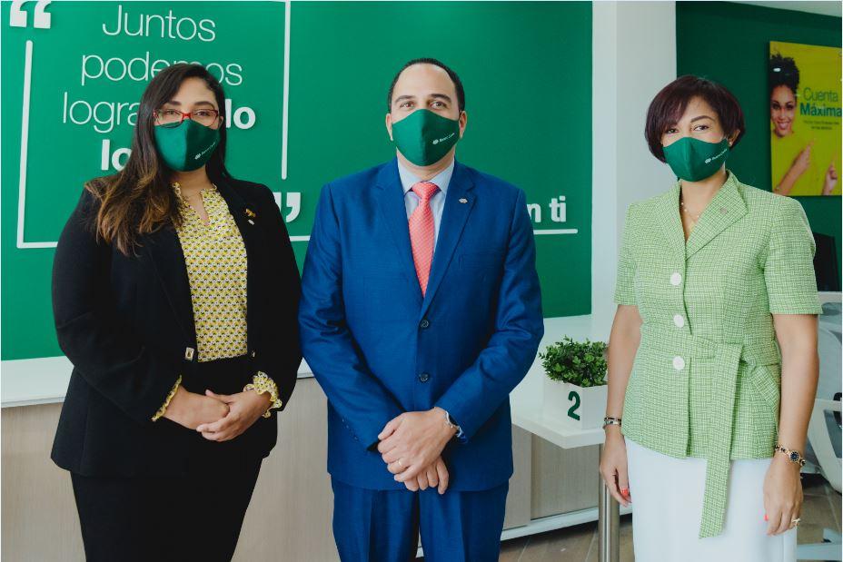 Jenny Arias, Carlos Velásquez, Teodosa Agramonte, ejecutivos de Banco Caribe.