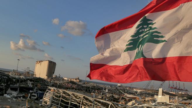 una-bandera-de-libano-ondea-junto-a-la-zona-destruida-por-la-explosion-en-beirut