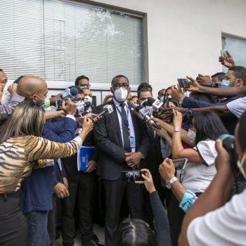 El-procurador-adjunto-Wilson-Camacho-mientras-habla-con-la-pren-sa-luego-de-culminar-el-allanami-ento-en-la-Camara-de-Cuentas-1200x675