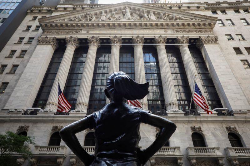 Foto de archivo ilustrativa de la fachada de la Bolsa de Nueva York.  Jun 26, 2020. REUTERS/Brendan McDermid