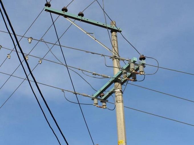 fábrica_de_crucetas_para_redes_eléctricas_01_plásticas_maderplast_en_plásticos_reforzados_con_fibra_ángulo_metal_maderas_aserradas_nativas_duras_inmunizadas_sistema_vacío_y_presión_con_retie__8