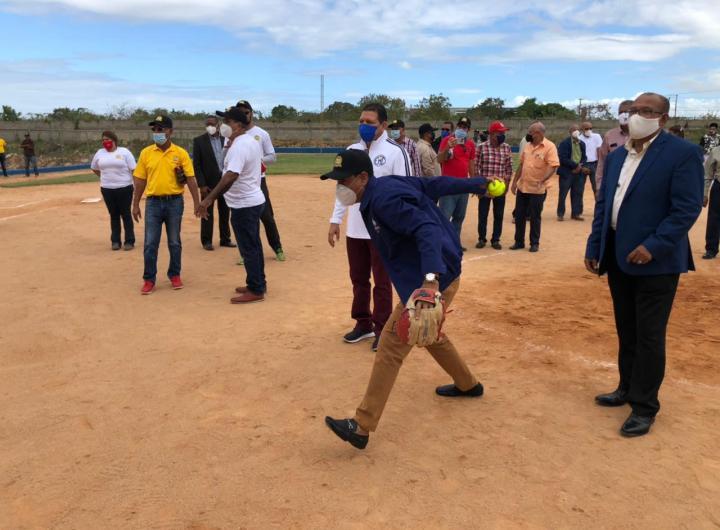 Elvis Vásquez, director UERS. realiza el lanzamiento de honor en el torneo de softbol dedicado a su persona en el marco del 58 aniversario del Codia.