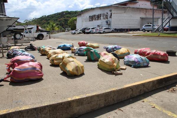Fotografía cedida hoy por el Servicio Nacional Aeronaval de Panamá que muestra un alijo de droga decomisado durante un operativo en el Pacífico panameño, en el muelle 3 del puerto de Rodman (Panamá). EFE/ Servicio Nacional Aeronaval de Panamá