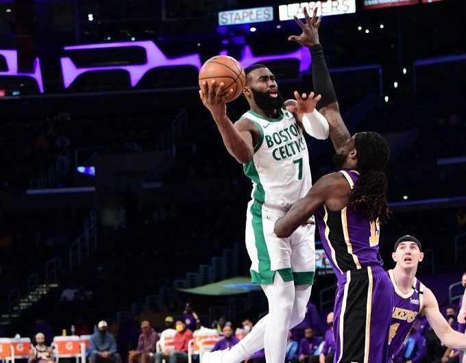 Jaylen Brown, #7 de los Boston Celtics, ataca el aro ante la defensa de los Lakers.  (Foto: Adam Pantozzi / NBAE / Getty Images / Getty Images via AFP)