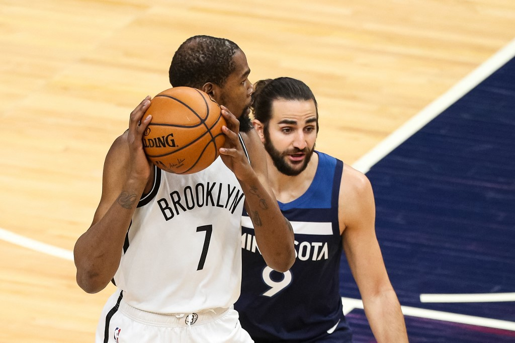 Kevin Durant, #7 de los Brooklyn Nets, intenta una jugada ante Ricky Rubio, #9 de los Minnesota Timberwolves.    (Foto: David Berding/Getty Images/AFP)