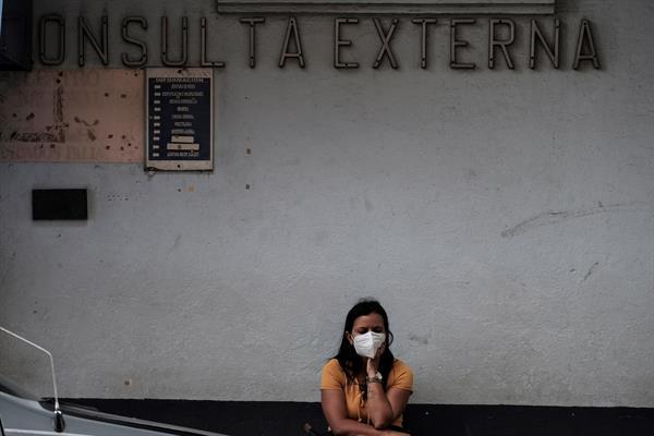 Una persona espera para ser vacunada contra la covid-19 en los alrededores del hospital Calderón Guardia, el 21 de abril de 2021 en San José (Costa Rica). EFE/ Jeffrey Arguedas