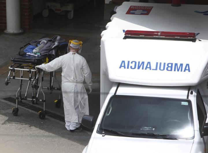 Personal sanitario se prepara para transportar un paciente de covid-19 en el Hospital General de Medellín (Colombia). EFE/ Luis Eduardo Noriega A./Archivo