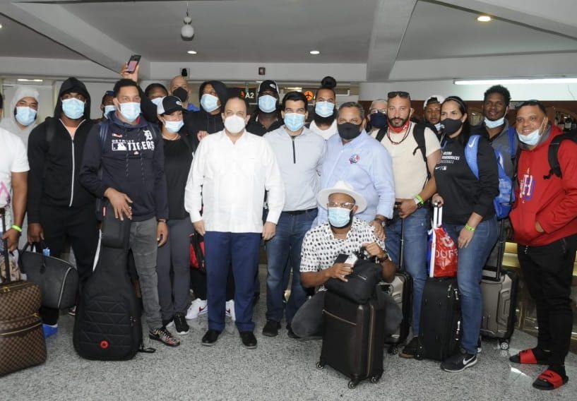 Jugadores del equipo dominicano que retornaron al país, junto a las autoridades deportivas. (Foto: Fuente Externa)