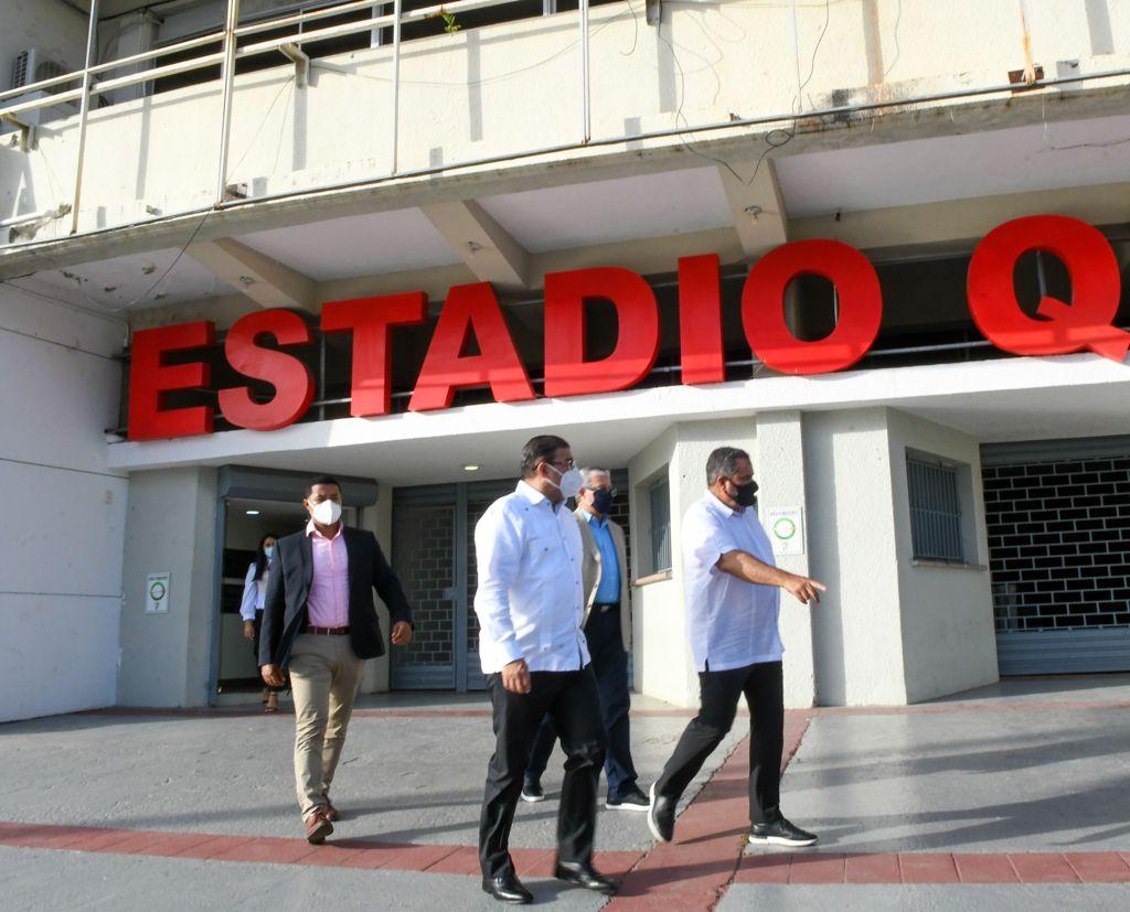 Francisco Camacho supervisa las instalaciones del estadio Quisqueya junto a Vitelio Mejía, Juan Francisco Puello Herrera y Junior Noboa