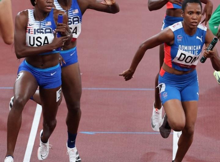Las dominicanas Marileidy Paulino y Anabel Medina Ventura (derecha) se pasan el testigo durante la carrera de relevo mixto 4x400m de los Juegos de Tokio 2020.  (Foto: Giuseppe CACACE / AFP)
