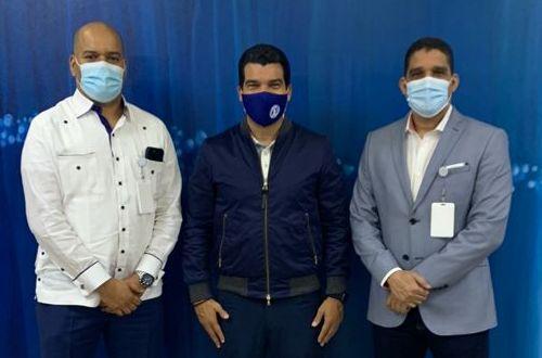Augusto Castro, Wellington Arnaud, director de INAPA, y Rafael Uribe, presidente de Fedombal. (Foto: Fuente Externa)