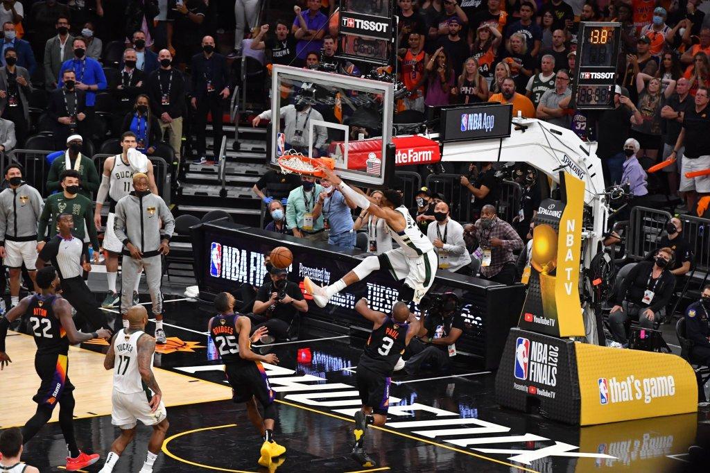 Giannis donquea en el emocionante regreso de los Bucks. (Foto: NBA Latam)