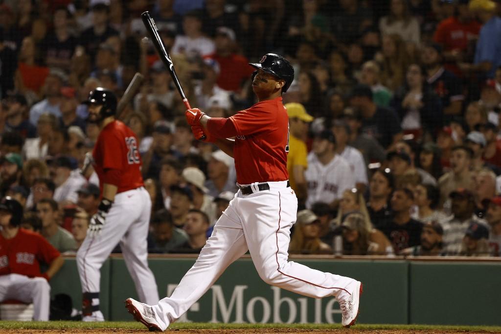 Rafael Devers, #11 de los Boston Red Sox, contempla uno de sus dos batazos.  (Foto: Winslow Townson/Getty Images)