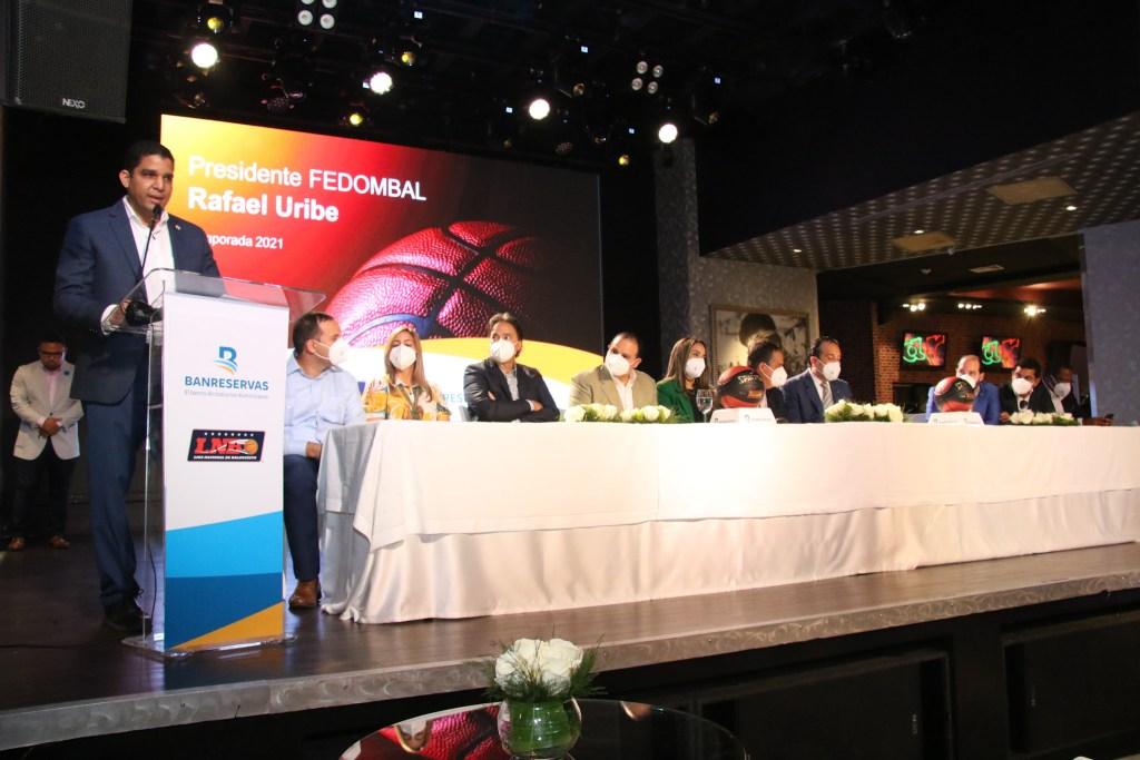Rafael Uribe, presidente de la Federación Dominicana de Baloncesto, habla durante la actividad. (Foto: Fuente Externa)