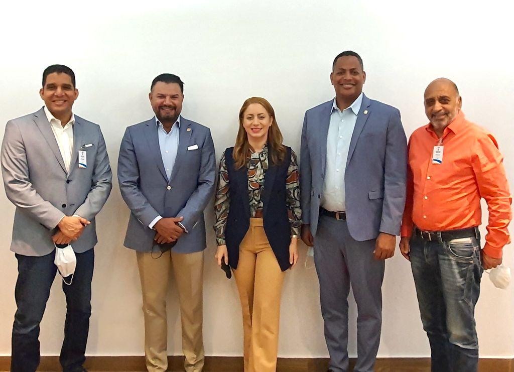 Desde la izquierda, Rafael Uribe, presidente de Fedombal, junto a Andrés Van Der Horst, Gloria Reyes y Bolívar Valera, quienes encabezarán el Comité Organizador de la LNBF 2021, y Fernando Teruel, presidente de la liga femenina.