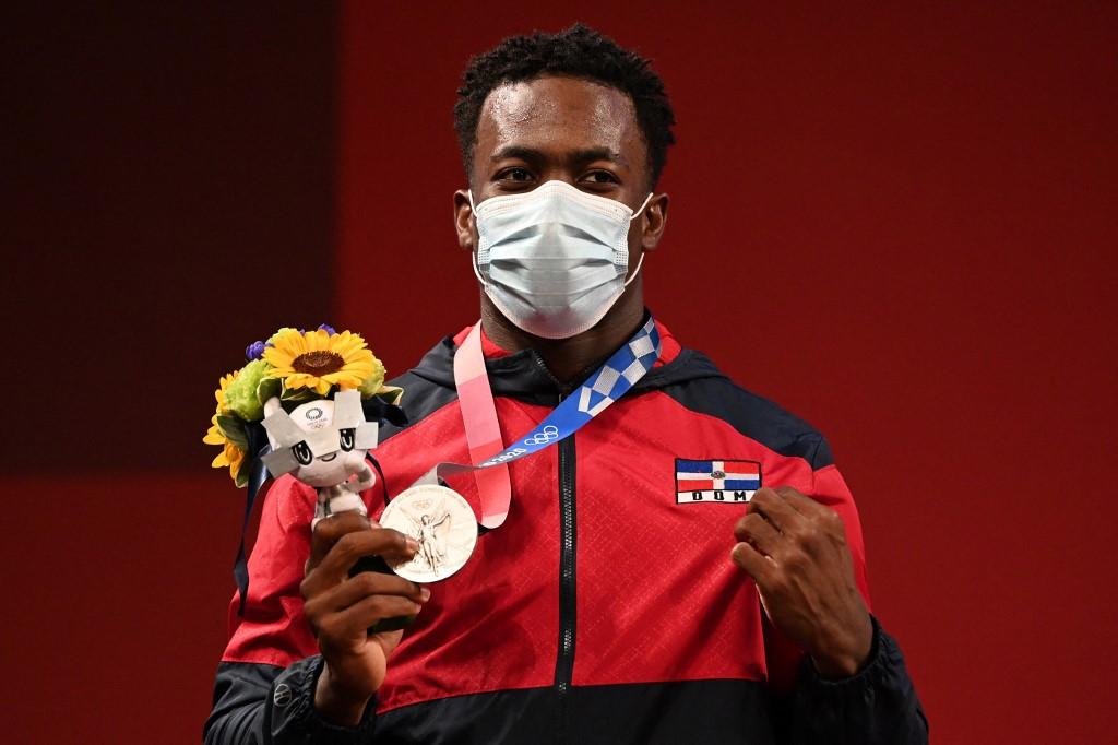 El pesista dominicano Zacarias Bonnat Michel posa con su medalla. durante la ceremonia.    (Foto: Luis ACOSTA / AFP)