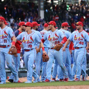 Los jugadores de los Cardenales se saludan en el terreno. (Foto: Fuente Externa)