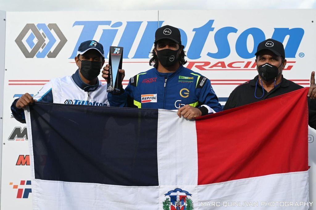 El piloto Dahyam Cabral (centro), junto a su compañero Riandys Helena y su padre Francis Cabral, muestra orgulloso su trofeo de campeón mundial T4 de Kartismo categoría pesada que conquistó el pasado fin de semana en Irlanda.