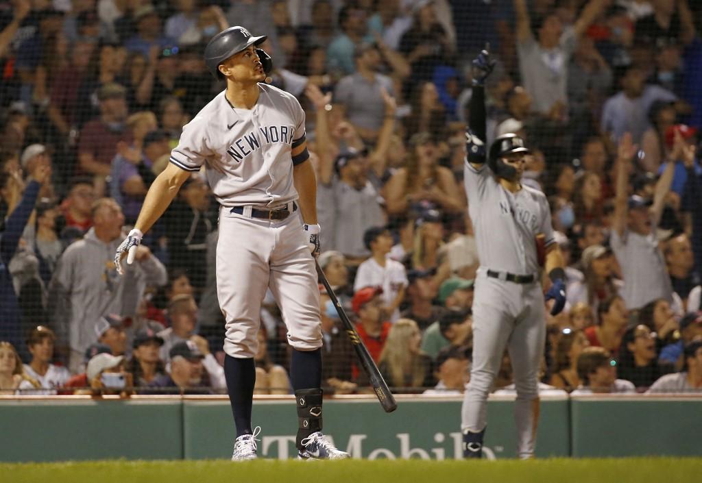 Giancarlo Stanton observa la pelota saliendo del parque en el octavo episodio.  (Foto: Jim Rogash/Getty Images/AFP)