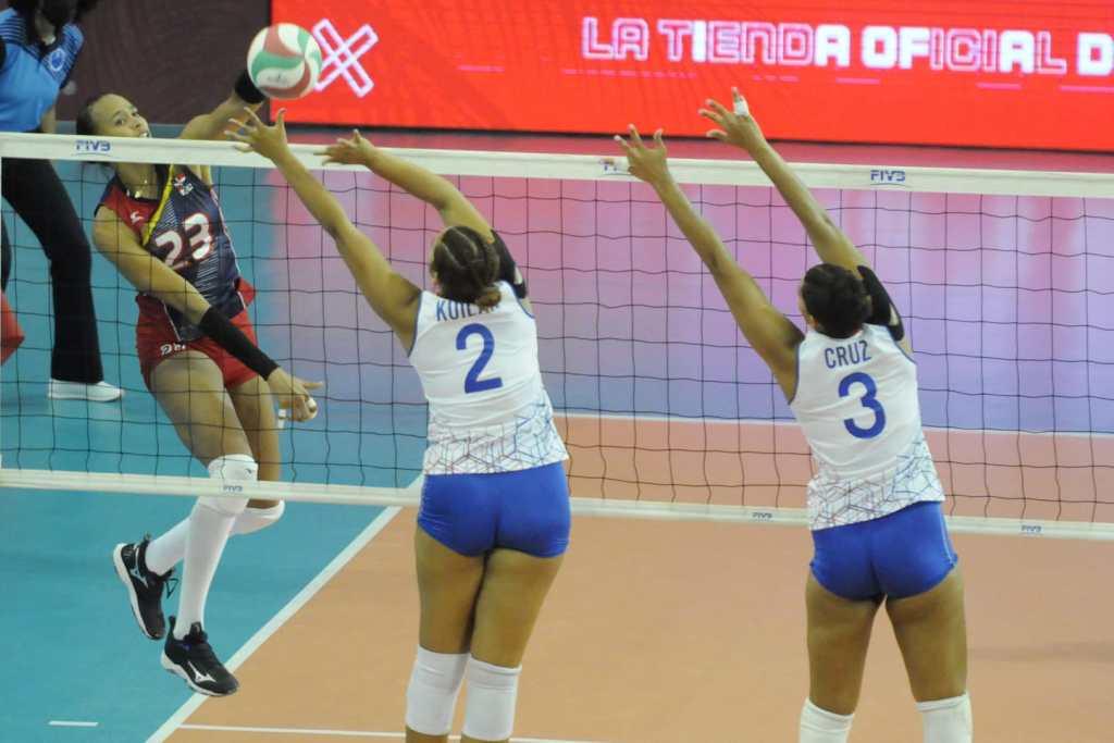 Gaila González intenta hacer un remate ante la defensa de las boricuas.