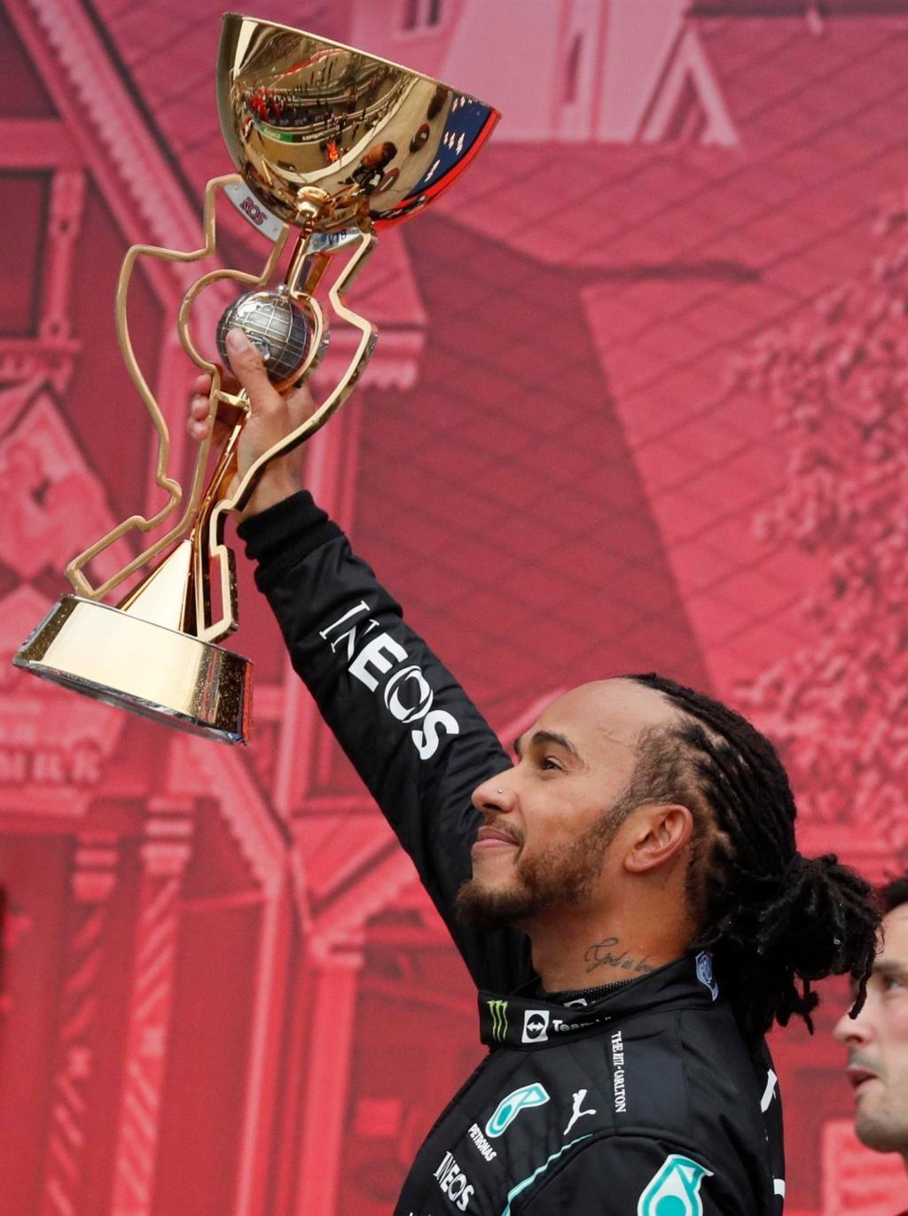 El piloto británico Lewis Hamilton levanta el trofeo de campeón. (Foto: EFE/EPA/Yuri Kochetkov)