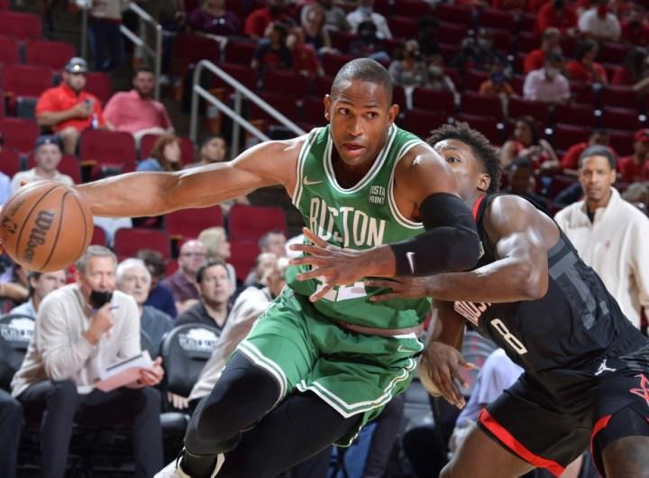 Al Horford, #42 de los Boston Celtics, intenta una ofensiva.  Foto: Logan Riely/NBAE via Getty Images/AFP)