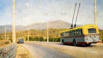 """Трасса Симферополь-Алушта, 1961г. Видны чехословацкий троллейбус """"Шкода"""" и ПАЗ-652. Скан TatraVod из rcforum.ru"""