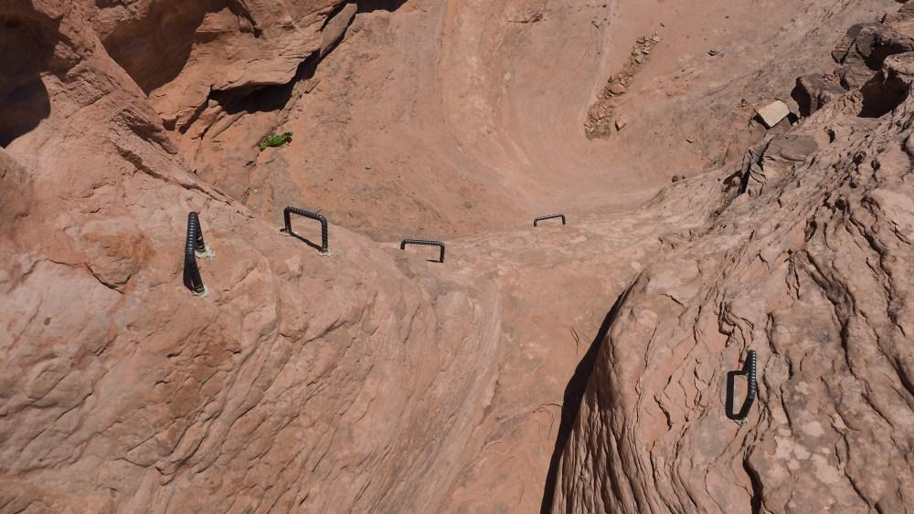 Metallgriffe erleichtern den Aufstieg zum Longbow Arch
