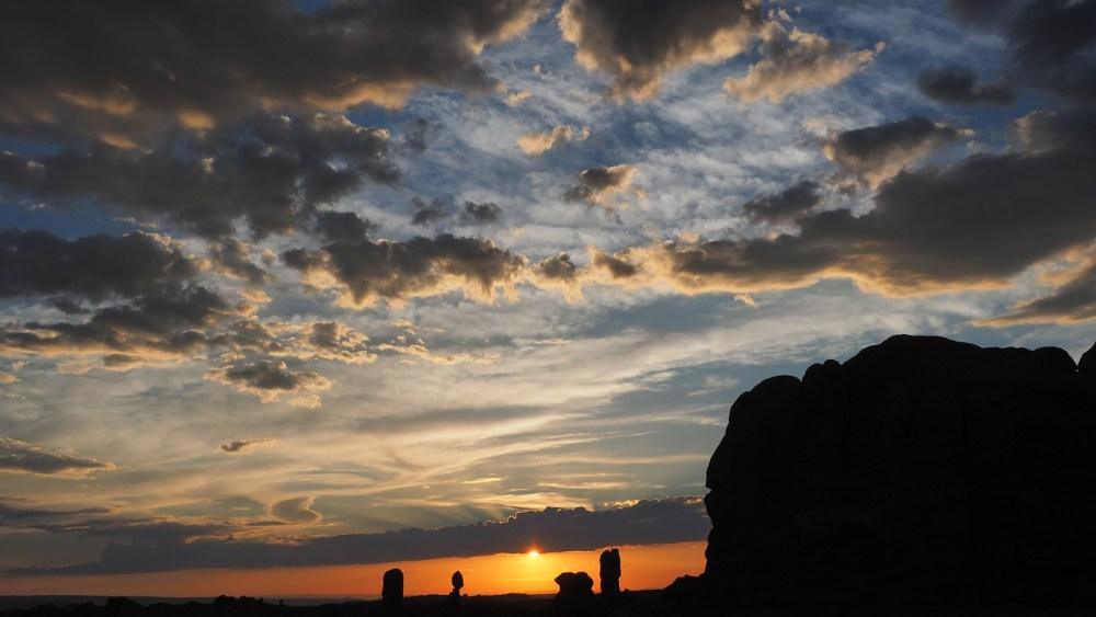 Blick zum Balanced Rock im Arches National Park vom Garden of Eden aus