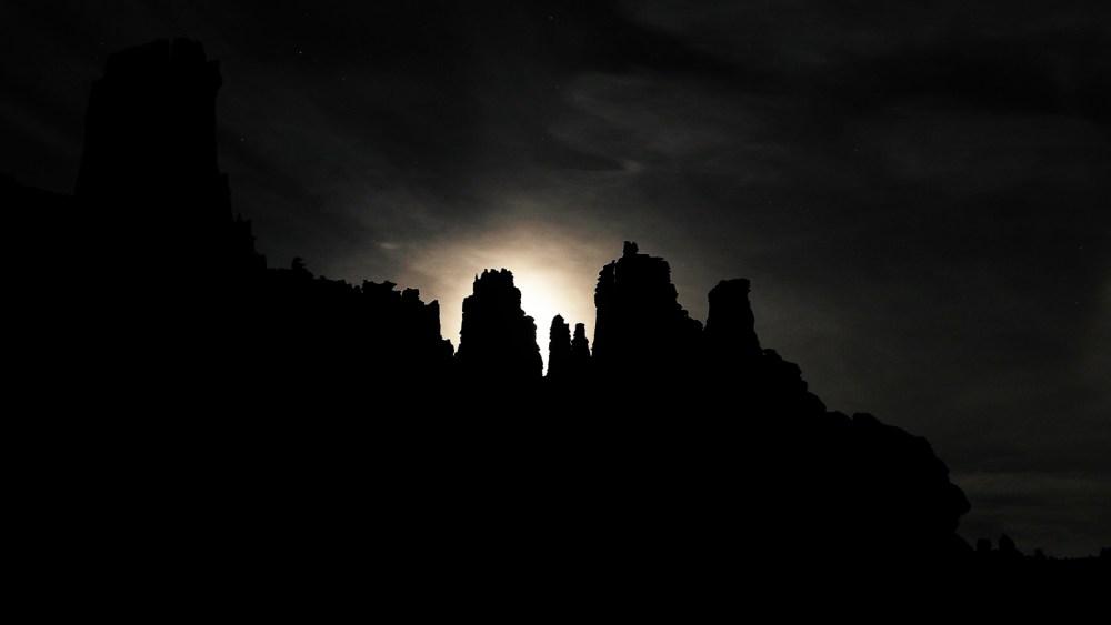 Der Vollmond geht über den Fisher Towers im Castle Valley auf
