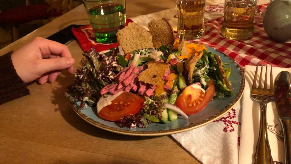 Ein gemischter Vorspeisen Salat im Restaurant Ambrosius