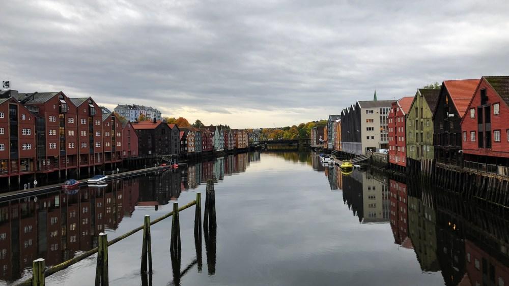 Die alten Trondheimer Handels- und Speicherhäuser an den Ufern des Nidelv
