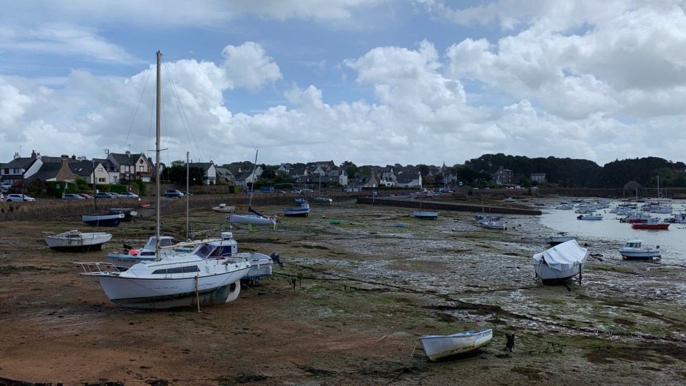 Der Hafen von Saint Guirec bei Ebbe
