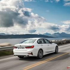2019-BMW-3-Series-330i-330xi-45