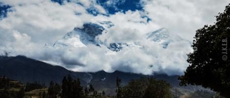 θέα προς κάποια απο τις κορυφές της Cordillera Blanca