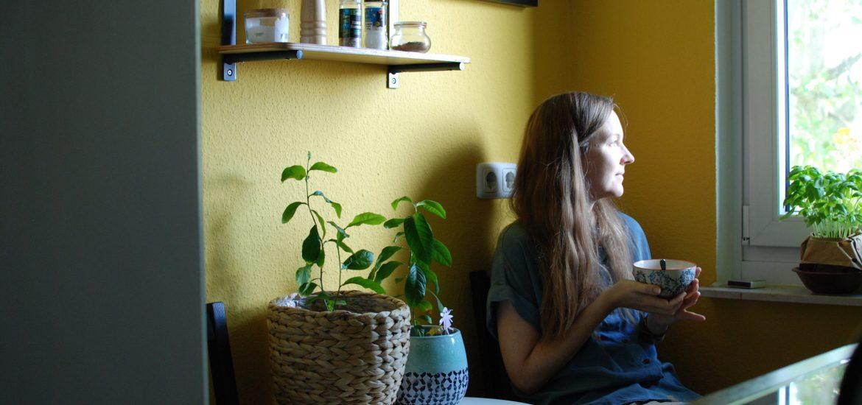 Sarine in ihrer gelben Küche beim Frühstück
