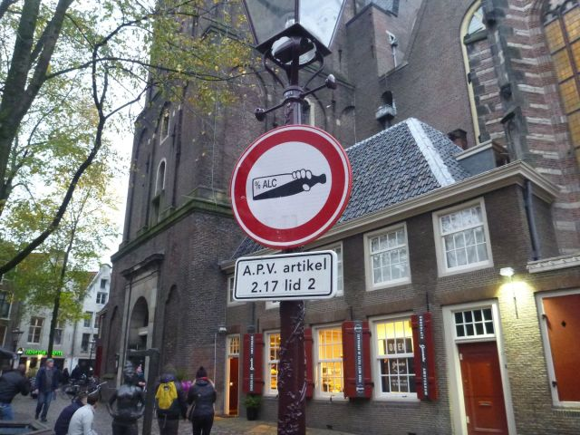 Un panneau au pied de De Oude Kerk - Amsterdam