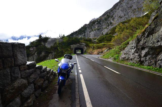 Route longeant les gorges de l'Aare